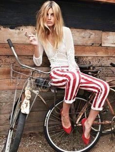 Tenue: Chemisier à manches longues résille blanc, Pantalon slim à rayures verticales blanc et rouge, Escarpins en daim rouges