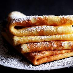 Einfaches Grundrezept für Palatschinken, die süß oder pikant gefüllt werden können. In Österreich werden Palatschinken traditionell mit Marillenmarmelade gegessen.