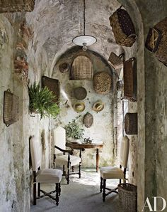 Rustic Outdoor Space by Dede Pratesi in Tuscany, Italy - like the hanging baskets on the wall and what a great escape from the hot sun. Rustic Outdoor Spaces, Rustic Patio, Rustic Entryway, Outdoor Rooms, Design Toscano, Style Toscan, Home Theaters, Design Rustique, Rustic Design