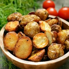 Breakfast baked potatoes with sour cream, scallions, bacon lardon and eggs Breakfast Baked Potatoes, Smoked Potatoes, Potato Toppings, Potato Skins, Chaat, Food Staples, Dinner Dishes, Creative Food, Grilling Recipes