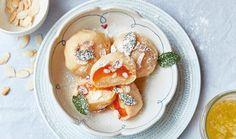 Milovníci sladkých jídel si na báječných knedlících z pařeného těsta pochutnají. Uvnitř se skrývají šťavnaté meruňky a vršek zdobí rozpuštěné máslo, moučkový cukr a opražené mandlové lupínky. Halloumi, Dumplings, Panna Cotta, Pancakes, Bread, Breakfast, Ethnic Recipes, Food, Pizza