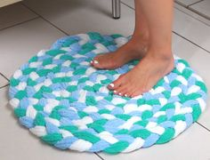 Turn Old Towels Into A Soft, Sophisticated Bath Mat – Braided Rugs Diy Fabric Crafts, Sewing Crafts, Sewing Projects, Craft Projects, Recycling Projects, Sewing Hacks, Fun Crafts, Diy And Crafts, Arts And Crafts