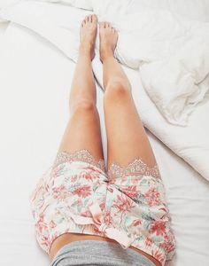 Get that summer Ibiza feeling even in your pyjamas. These pyjama shorts are finished with pretty lace around the leg openings and a satin bow on the front. #summer #shorts #nightwear #hunkemöller @lindsayhagenaar_