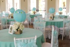 Hot air balloon centerpieces - but I'd do it in a more playful, colorful way for a Bon voyage party for a teen Deco Baby Shower, Baby Shower Balloons, Baby Shower Themes, Baby Shower Decorations, Baby Boy Shower, Table Decorations, Centerpiece Ideas, Baby Balloon, Unique Baby Shower