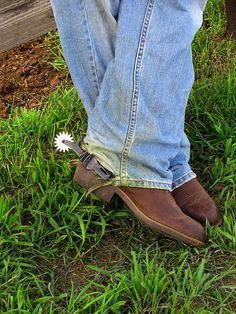 New spurs shine in the sun while a cowboy takes a break, leaning against the fence, before getting to work. Cowboy Gear, Cowboy And Cowgirl, Cowboy Boots, Spurs Western, Southern Accents, Country Boys, Saddles, Rock Style, Cowgirls
