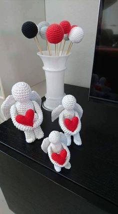 Opskrift til hæklede engle af Annette Heintze. De 3 engle er hæklet efter samme opskrift. I henholdsvis 1 tråd, 2 tråde og 3 tråde bomuld. Crochet Diy, Modern Crochet, Love Crochet, Crotchet Patterns, Crochet Patterns Amigurumi, Crochet Dolls, Felt Christmas, Christmas Crafts, Crochet Angels
