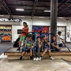 Superleukfeestje voor stoere boys  Indoor € 10 per kind Inclusief: Toegang tot Skateland Patat met saus naar keuze Snack naar keuze Kleine cadeautje voor de jarige