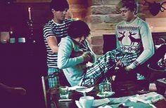 It's okay, Harry, I hate mornings too, love. {GIF} -E