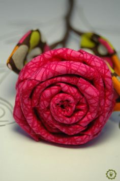 Estas rosas están hechas con tela 100% algodón y el tronco con alambre forrado con floral tape marrón. Están disponibles en tres colores: naranja,
