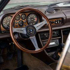 """Das Holzlenkrad ist nicht Serie gewesen, damals, 1982. Gebaut wurde das Coupé von 1969 bis 1983. Nach 14 Jahren und wenig bis gar keinen Änderungen, wirkt das Cockpit des 504s ein bisschen eingestaubt. Aber auf den Sitzen der Marke """"Fühlt-sich-an-wie-Omas-Couch"""" lassen sich auch nach 36 Jahren 100e Kilometer abspulen. Ob da der neue #peugeot508 mithalten kann? #oldtimerinthemaking #holzlenkrad Peugeot 504, 3008 Peugeot, Vehicles, Interior, Autos, Automobile, Timber Wood, Scene, Indoor"""
