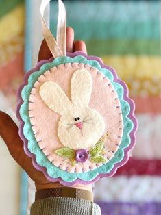 Pattern for Pearl and Clover spring felt ornament Easter Easter Projects, Easter Crafts, Crafts For Kids, Felt Christmas Ornaments, Christmas Crafts, Felt Snowman, Felt Gifts, Felt Decorations, Ornaments Design