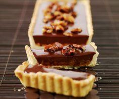 Voici un dessert gourmand proposé par le chef étoilé Cyril Lignac : La tarte au chocolat et cacahuètes caramélisées.