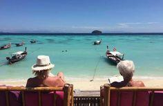 Fare scorta di sole, serenità, energia. La vita è calma a Koh Lipe. I colori pastello avvolgono mare, cielo, sabbia. Questa piccola e bellissima isola nel sud della Thailandia invita a relax e lettura, passeggiate e giochi sulla spiaggia da novembre a maggio. Negli altri mesi, durante la stagione dei monsoni, è quasi tutto chiuso. #LessIsSexy #Travelling #KohLipe #Thailand