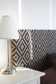 Suuri salmiakkikuvioitu kangas on nopeasti kudottu. Loimi ja kude ovat ohutta ontelokudetta. Vaihda musta valkoiseen, niin ilme on aivan toisenlainen. Vain 4 vartta ja polkusta! Pääty (3545) Mallikerta-lehti nro 4/2015. Weaving Projects, Bargello, Loom Weaving, Home Improvement, Tapestry, Rugs, How To Make, Diy, Interiors