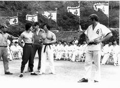 Bruce Lee, John Saxon, Bolo Yeung, Robert Clouse - Enter the Dragon Candid Action Icon, John Saxon, Bruce Lee Family, Bruce Lee Martial Arts, Indian Yoga, Bruce Lee Photos, Art Of Fighting, Enter The Dragon, True Legend