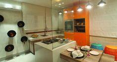 A Cozinha Principal, de Renata Manso e Amanda Lima, promove aconchego ao usar o laranja como protagonista. As fruteiras na parede são composta por baldes de obra, que podem ser utilizados para guardar legumes e verduras. Prática e barata, a ideia é mostrar que a decoração está além dos objetos caros e luxuosos Foto: Divulgação
