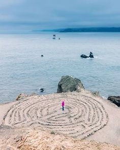 4 tricks to save on Booking Do you like labyrinths? Do you think you would reach the center? Walk Around The World, Around The Worlds, Great View, Golden Gate, Beach Mat, Spain, Places To Visit, Outdoor Blanket, City