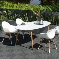 Un salon de jardin moderne aux influences scandinaves. Une table ...