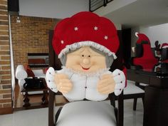 forros-navideños-para-sillas Christmas Sewing, Christmas Projects, Christmas Holidays, Christmas Decorations, Crafts To Do, Felt Crafts, Christmas Chair Covers, Felt Ornaments, Christmas Ornaments