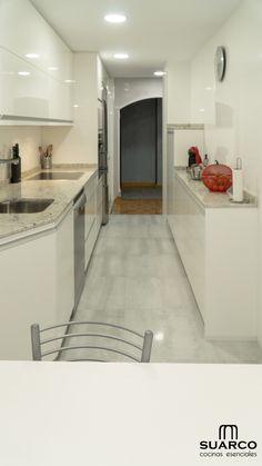 Cocina moderna blanca con dos frentes sin tiradores y encimera de cocina granito Bathroom Design Small, Kitchen Design, Tile Floor, Sweet Home, Kitchen Cabinets, Patio, House, Home Decor, Extensions