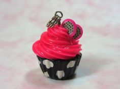 Magdalena Charm - helar Cupcake de Chocolate con blanco y negro lunares polímero arcilla pastelería alimentos joyería Glitter Rosa Dragon Fr...