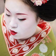 舞妓 市まりさん  The maiko (apprentice geisha) Ichimari.  Together with other maiko and geiko (geisha) of the Kamishichiken district, Ichimari was hosting an open air tea ceremony at Kitano Tenmangu Shrine, Kyoto, Japan.