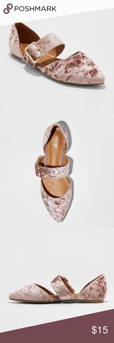 """💠NEW, 2/3💠VELVET FLAT//PINK with GOLD HARDWARE mossimo / maliha velvet mary jane ballet flats / pink  CONDITION: NWT MEASUREMENTS: sole: 10.25""""//heel: approx. .5"""" DETAILS: """"these pink velvet flats keep you strutting in style with the top strap and pointed toe — whether you want to dress up jeans and a tee or add a pop to a shift dress, these shoes will take care of it.""""  🐶  pup friendly but smoke-free home ✖️no trades for this item  ✔️offers and questions always welcome Shoes Flats…"""