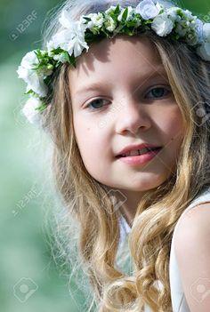 14164316-Beautiful-girl-with-flower-chaplet-Stock-Photo-communion-girl-first.jpg (JPEG-Grafik, 874×1300 Pixel) - Skaliert (68%)