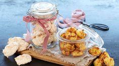 Det finnes knapt noen enklere kaker å lage enn kokosmakroner. Christmas Projects, Christmas Diy, All Things Christmas, Tin, Dairy, Cooking Recipes, Cheese, Chicken, Meat