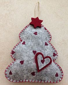 Felt Christmas Tree / Albero di Natale in feltro/pannolenci Christmas Projects, Diy And Crafts, Christmas Crafts, Arts And Crafts, Felt Christmas Decorations, Felt Christmas Ornaments, Advent, Felt Gifts, House Ornaments