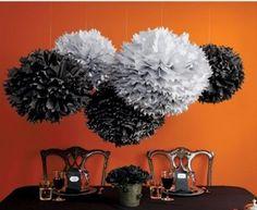 Los colores pueden marcar una diferencia abismal. Si escoges un esquema de colores dramático, como el blanco, negro y un toque de naranja, puedes crear decoraciones de Halloween elegantes.