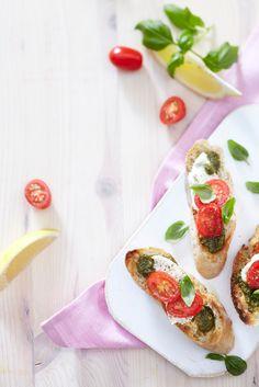 Sitruunapesto-mozzarellabruschetat Bruschetta, Food Photo, Mozzarella, Avocado Toast, Bakery, Appetizers, Yummy Food, Favorite Recipes, Bread