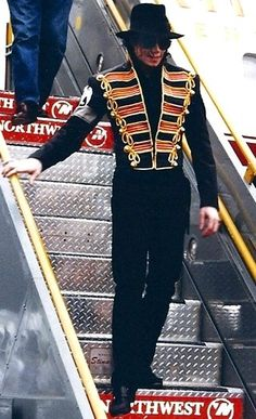 Michael Jackson stepping off a plane