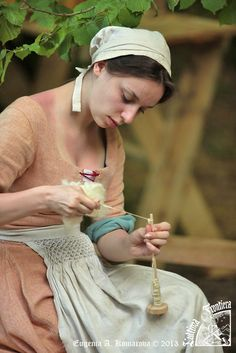 Working with a drop spindle. Lovely smocking on her apron too; nice touch of texture. (L`Ultima Frontiera. Medieval Life, Medieval Fashion, Medieval Clothing, Medieval Fantasy, Medieval Outfits, Medieval Fair, Historical Costume, Historical Clothing, Outfits