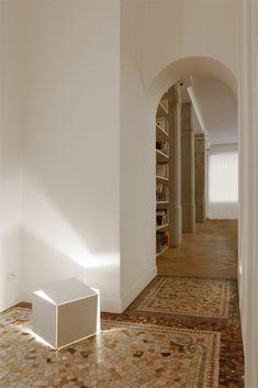 Architect Federico Delrosso designed his new studio in Milan Interior Architecture, Interior Design, News Studio, Zaha Hadid, Italian Style, Floor Rugs, Minimalism, Concrete, Flooring