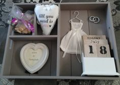 Cadeau voor een bruiloft. Wedding Present Ideas, Wedding Gifts, Bridal Shower Gifts, Just Married, All You Need Is, Shadow Box, Diy Gifts, Decoration, Simple Weddings
