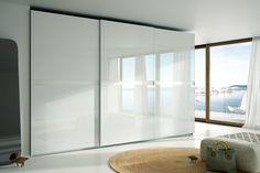 Las puertas correderas en los armarios te permiten tener frentes de mayor tamaño por lo que el dormitorio ganará en elegancia, diseño y ganarás espacio