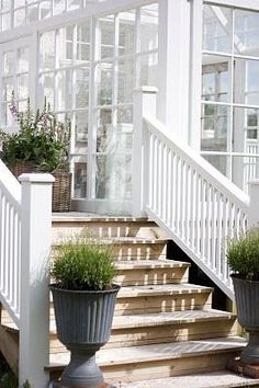 painted railing, wooden steps Even though historic throughout notion, a pergola is suffering from a Home Porch, House With Porch, Outdoor Spaces, Outdoor Living, Pergola, Wooden Steps, White Houses, Porch Decorating, Porches