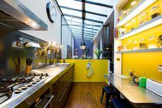 Une cuisine pop semi ouverte : Des cuisines avec verrière qui en jettent - Linternaute
