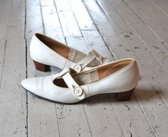 vintage 1960s shoes / mod 60s mary janes / T-Strap Janes