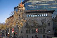 Can Serra es un edificio modernista situado en el número 126 de la Rambla de Cataluña de Barcelona, resultado del proyecto del año 1903 del arquitecto Josep Puig i Cadafalch.- Diseñada como casa unifamiliar con aspecto de palacete, recordando la antigua casa Gralla renacentista desaparecida a mediados del siglo XIX, Puig i Cadafalch le rindió homenaje realizando la puerta principal y la ornamentación de las ventanas como una reproducción de dicha casa-palacio…