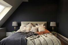 Una scelta forte quella delle pareti nere in #mansarda -Apartment N°Four by Nora von Nordenskjöld   HomeAdore #bedroom #attic