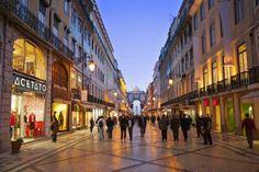 """Lisboa: Una de las """"Escapadas para comprar en las rebajas y comenzar el año viajando""""  - La Rua Augusta, una de las calles comerciales de la Baixa lisboeta. / Alex Robinson"""