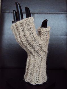 Nathymani Chauffe-mains/hand-warmers Patron disponible en Français et en Anglais http://www.ravelry.com/patterns/library/nathymani-chauffe-mains--hand-warmers
