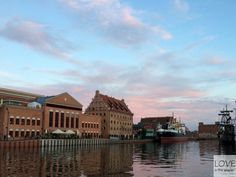 """Już wiecie, że Gdańsk to przepiękne i bardzo interesujące miasto. Tym razem chcemy Wam opowiedzieć więcej o tym, co poza zwiedzaniem i """"muzealnymi"""" spacerami można robić w Światowej Stolicy Bursztynu i okolicach. A do robienia jest wiele!"""
