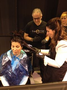 Isabel aplicando color…  www.hairestudio.com