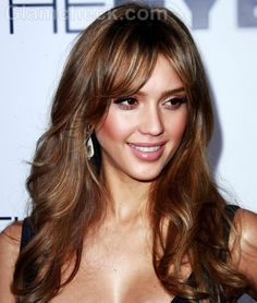 Let us look at some of amazing Jessica Alba hairstyles. This Jessica Alba hairstyle sure reminds us of Meg Ryan and makes her resemble so. Brown Hair Color Shades, Golden Brown Hair Color, Brown Hair Colors, Jessica Alba Lob, Medium Hair Styles, Short Hair Styles, Corte Y Color, Fall Hair Colors, Hair Color For Women