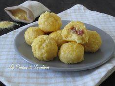 Una semplice e sfiziosa idea per preparare un secondo piatto squisito: Polpettine di polenta farcite con salame e formaggio filante