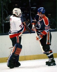 Hockey Goalie, Ice Hockey, Hockey World, Goalie Mask, Wayne Gretzky, Nhl Players, Hockey Stuff, New York Islanders, Edmonton Oilers