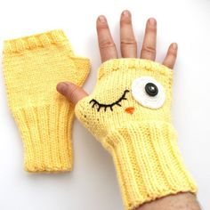 There is 0 tip to buy gloves, winter accessories yellow, fashion, fingerless gloves. Help by posting a tip if you know where to get one of these clothes. Fingerless Gloves Crochet Pattern, Fingerless Mitts, Knit Mittens, Knitted Gloves, Crochet Hats, Knit Crochet, Baby Knitting Patterns, Crochet Patterns, Wrist Warmers